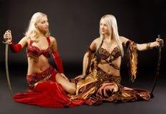 La jeune femme deux s'asseyent avec le sabre Photographie stock libre de droits