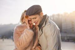 La jeune femme dit des mots tendres à son homme élégant Photos libres de droits