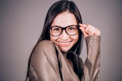 La jeune femme drôle charismatique avec des verres regarde l'appareil-photo avec un sourire Émotions, bonheur images stock