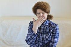 La jeune femme en douleur a un mal de dents Images libres de droits