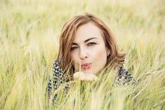 La jeune femme envoient un baiser doux dans le domaine de blé Photo stock