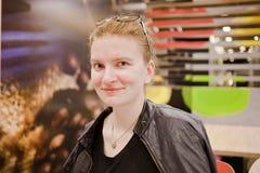 La jeune femme est au café photographie stock libre de droits