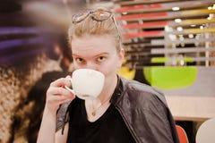 La jeune femme est au café photos libres de droits
