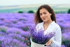 La jeune femme est dans le domaine de fleur de lavande, beau paysage d'?t? photos libres de droits