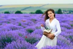 La jeune femme est dans le domaine de fleur de lavande, beau paysage d'?t? image stock
