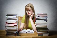 La jeune femme est livre de lecture Photo libre de droits