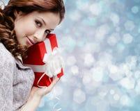 La jeune femme est satisfaite d'un cadeau d'anniversaire Image libre de droits