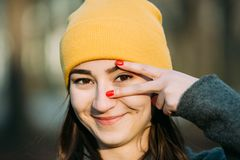 La jeune femme faisant des gestes avec ses doigts observent le foyer image stock