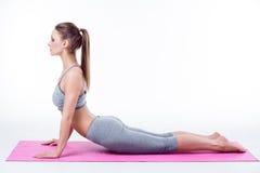 La jeune femme fait le yoga Photo stock