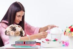La jeune femme fait les fleurs artificielles Photos libres de droits