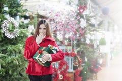 La jeune femme fait un geste de la surprise pour des cadeaux de Noël images stock