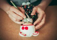 La jeune femme fait une poupée Photo libre de droits