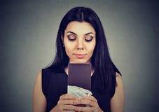La jeune femme a fatigué des restrictions de régime implorant le chocolat de bonbons Images stock