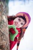 La jeune femme font le parc d'hiver de neige de signe de coeur Photographie stock