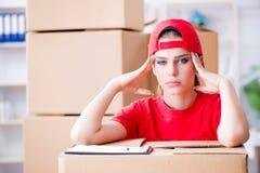 La jeune femme fournissant des boîtes d'effets personnels photo libre de droits