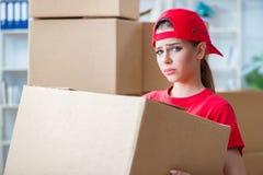 La jeune femme fournissant des boîtes d'effets personnels photos stock