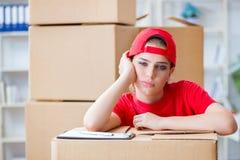 La jeune femme fournissant des boîtes d'effets personnels images stock