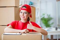 La jeune femme fournissant des boîtes d'effets personnels image libre de droits