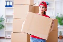 La jeune femme fournissant des boîtes d'effets personnels image stock