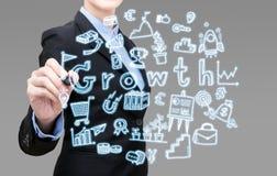 La jeune femme futée d'affaires écrit l'idée d'affaires de croissance Photo stock