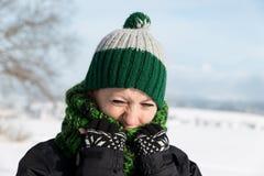 La jeune femme gèle sur la promenade photographie stock libre de droits