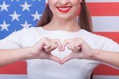 La jeune femme gaie aime son pays Photo stock