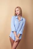 La jeune femme gaie est posante et flirtante Photo libre de droits