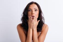 La jeune femme gaie montre sa surprise Photographie stock