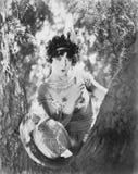 La jeune femme gronde un arbre inextricable (toutes les personnes représentées ne sont pas plus long vivantes et aucun domaine n' Photos stock