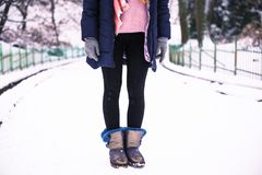 La jeune femme heureuse apprécient la neige en parc de ville d'hiver extérieur Photo stock