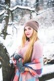 La jeune femme heureuse apprécient la neige en parc de ville d'hiver extérieur Photos stock