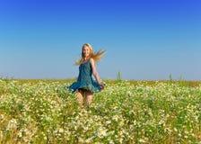 La jeune femme heureuse dans le domaine des camomiles photos libres de droits
