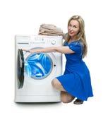 La jeune femme heureuse dans une robe bleu-foncé images stock