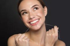 La jeune femme heureuse est des soins de la santé orale Photographie stock