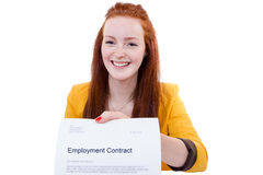 La jeune femme heureuse est heureuse au sujet de son contrat de travail Images libres de droits