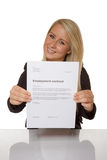 La jeune femme heureuse est heureuse au sujet de son contrat de travail Photo stock
