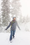 La jeune femme heureuse joue avec une neige extérieure photo libre de droits