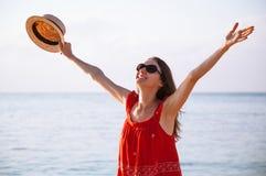La jeune femme heureuse se réjouit aux vacances d'été image stock