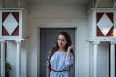 La jeune femme impénétrable se tient à l'entrée image libre de droits
