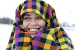 La jeune femme a insonorisé dans un pla multicolore Images stock