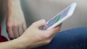 La jeune femme introduit le message sur un smartphone clips vidéos