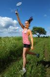 La jeune femme joue au badminton Photo libre de droits