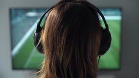 La jeune femme joue le jeu vidéo utilisant un gamepad closeup clips vidéos