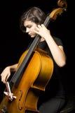 La jeune femme joue le violoncelle Photographie stock