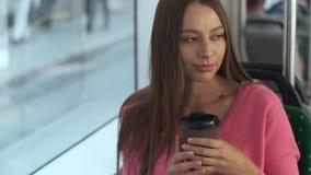 La jeune femme ?l?gante a habill? appr?cier brillamment le voyage au transport en commun, se reposant dans le tram moderne banque de vidéos