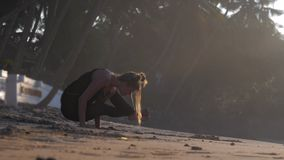 La jeune femme médite position sur des mains dans la pose de yoga banque de vidéos