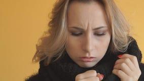 La jeune femme malade tousse, fin  banque de vidéos