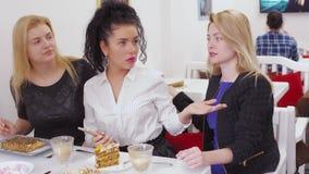 La jeune femme malheureuse appelle le serveur en café et en raison outragé du service pauvre banque de vidéos