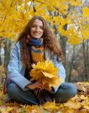 La jeune femme marche dans le bois d'automne Image libre de droits