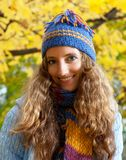La jeune femme marche dans le bois d'automne Photo stock